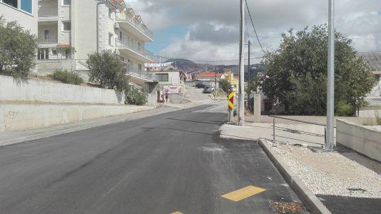 Prometna traka u pravcu Mravinaca vidi ravno u betonski stup