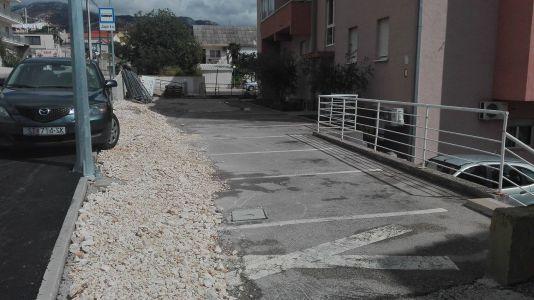 Zatvoren prilaz stanbenoj zgradi i zatrpano 6 parking mjesta