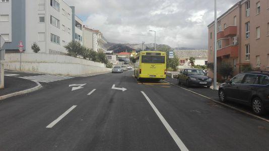 Autobusna stanica u prometnoj traci za Mravince
