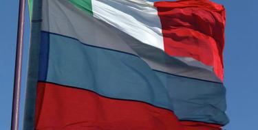 Talijani skidaju zastave EU i na njihovo mjesto podižu zastave Rusije (video)