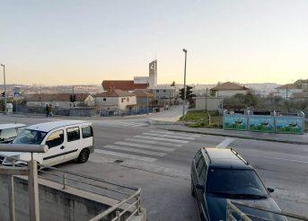 SOLINSKI APSURDI Raskrižje sa semaforima bez semafora za pješake (video)