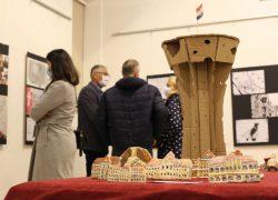 """Otvorena je izložba učeničkih radova """"Sjećanje na Vukovar"""""""